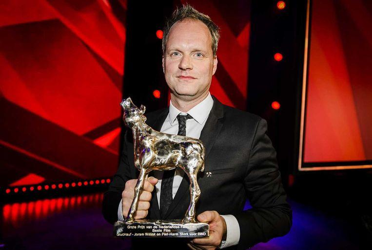 De makers van de film 'Gluckauf' nemen het Gouden Kalf in ontvangst tijdens het Gala van de Nederlandse film in het Beatrix Theater.