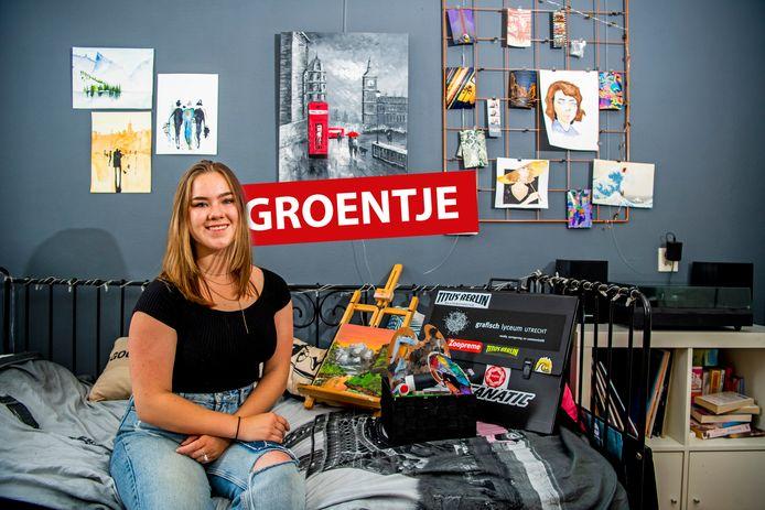 Groentje Sophie Berkhout op haar kamer in Alphen met al haar eigen werk om haar heen, ze maakt kunst. Foto: Frank de Roo