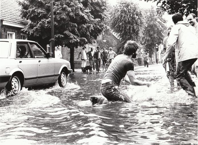 Noodweer op de Willibrorduslaan in Waalre, 25 juni 1983.