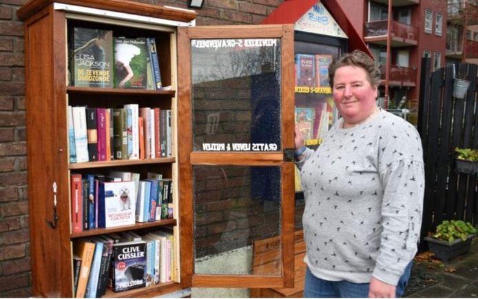 Anita van Tongeren en haar man Rob hebben een eigen minibibliotheek aan het Schenkeltje.
