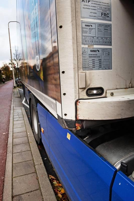 Schade aan de vrachtwagen, nadat deze de gevel van de woning van Bas Blij heeft geraakt.