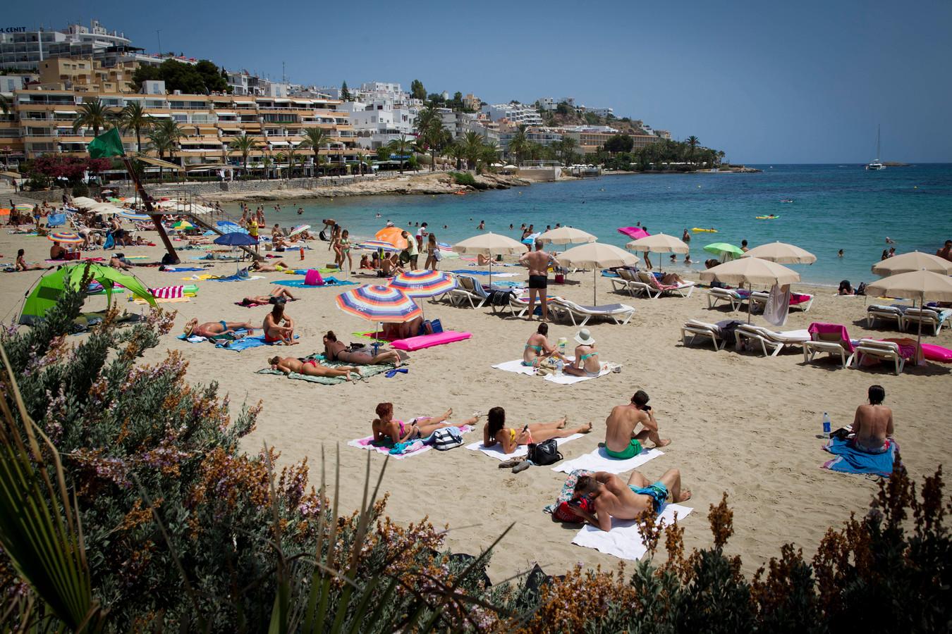 Foto ter illustratie. Strandgangers op Ibiza.