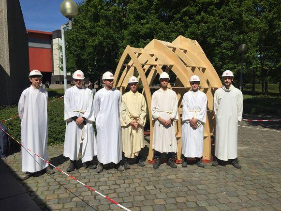 De 'paterkes' bij de kapel die ze bouwden.