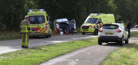 Bedrijfsbus en auto botsen tegen elkaar op N823 bij Eibergen