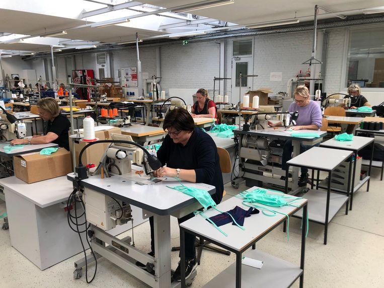 In het naaiatelier van Alsico wordt alles ingezet op mondmaskers.