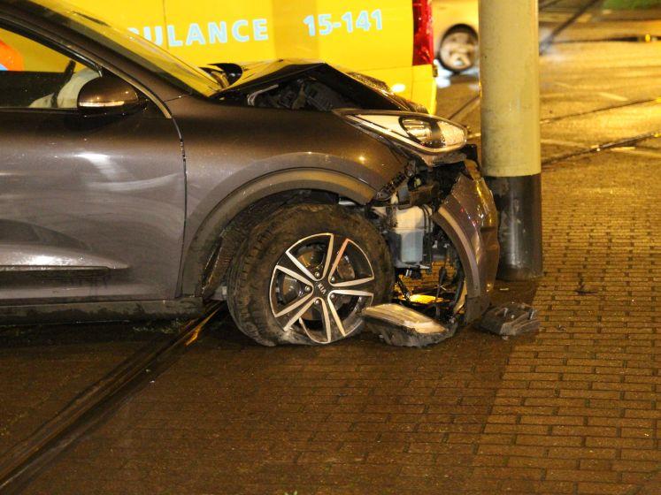 Auto knalt tegen HTM-mast na klapband