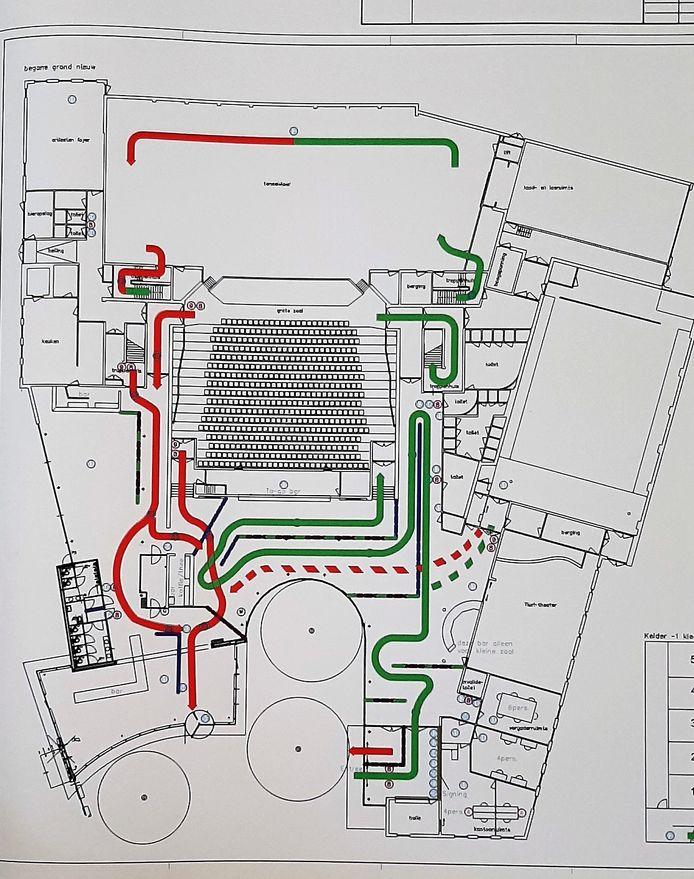 Schematische weergave van de looproutes in schouwburg De Kring. Groen is inkomend publiek, rood zijn de mensen die naar huis gaan. In het midden de grote zaal, rechts de kleine zaal.