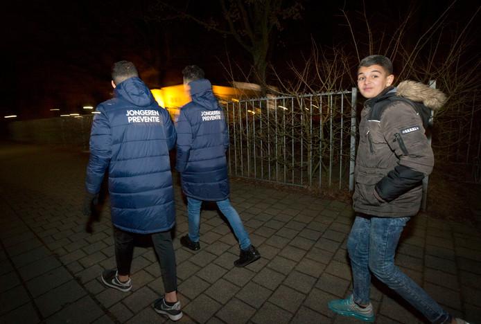 Het Jongeren Preventie team van Surplus loopt een ronde door de wijk om andere jongeren aan te spreken op vuurwerkgebruik. De foto is gemaakt in 2017.