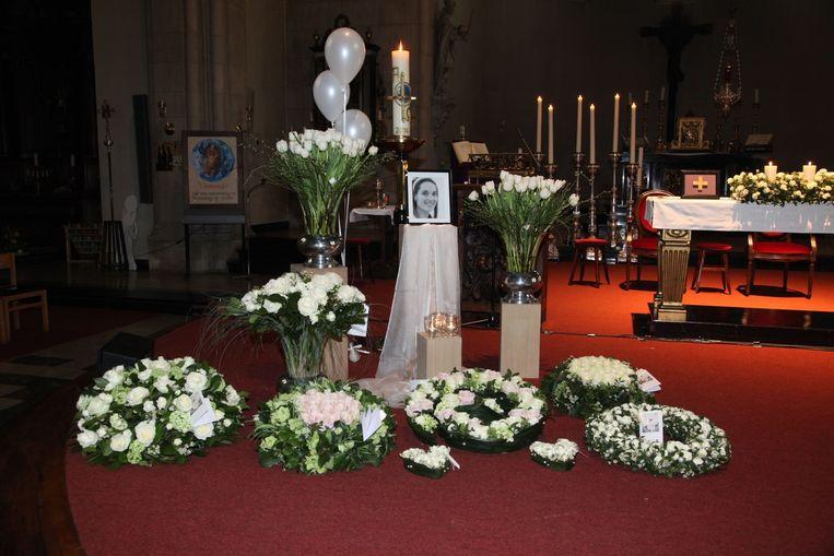Bij de foto van Patricia stonden heel wat witte rozen.