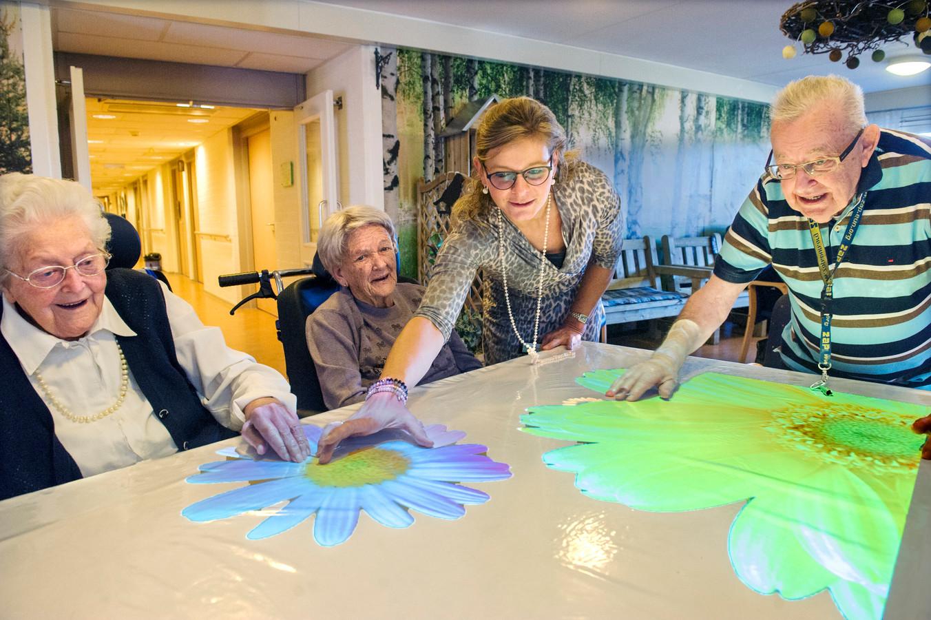 Een Tovertafel met lichtprojecties brengt ouderen met dementie in beweging.