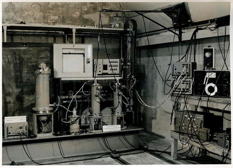 De eerste experimenten met ultracentrifuge op het Werkspoorterrein in Amsterdam, circa 1957. Beeld ET-NL