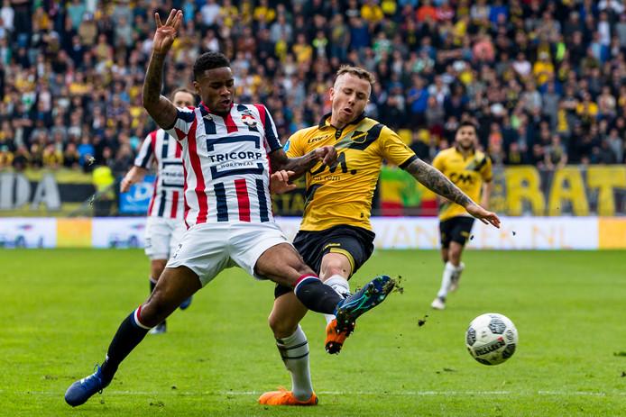 Giliano Wijnaldum (l) zet NAC-speler Angelino in de derby de voet dwars. Trainer Reinier Robbemond is tevreden over zijn spel.