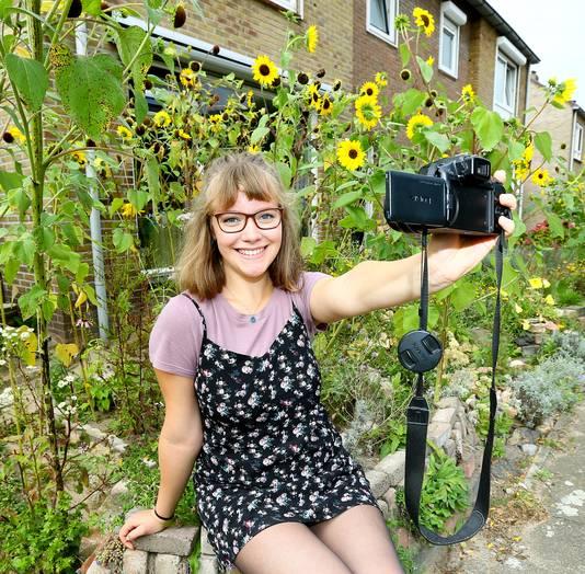 Eva Zwanenburg vlogt thuis in de tuin.