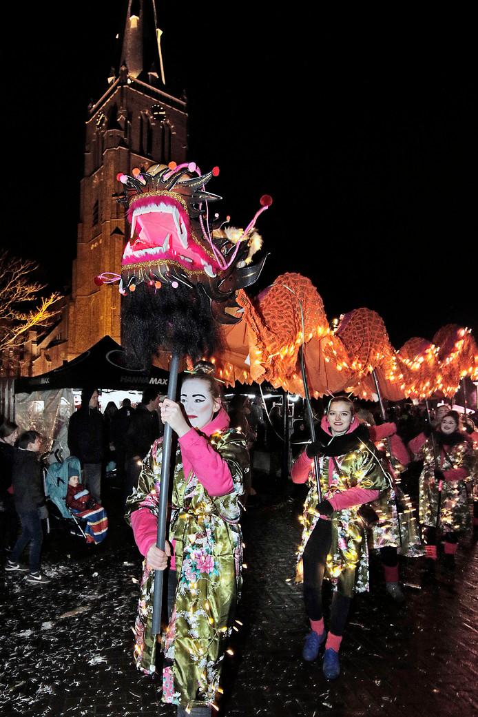 """PVH Berghem verlichte optocht ; Verlichte draken bij de berghemse kerk """"De draak gaf ons een gunst door te mogen pronken met oosters kunst"""" BD OSS VP foto: Peter van Huijkelom"""