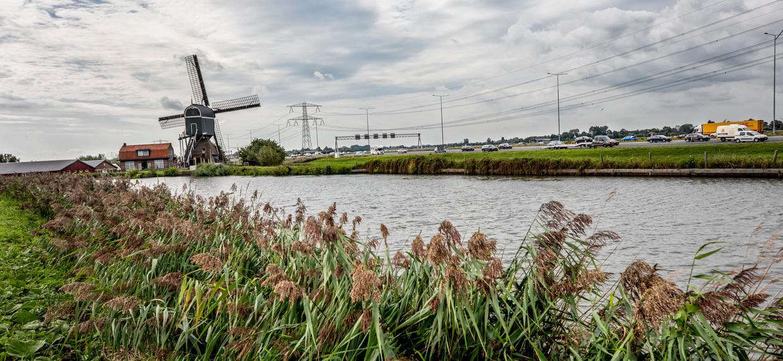 Snelweg A2 tussen Vinkeveen en Breukelen bij Nieuwer ter Aa. De stikstofuitstoot van het wegverkeer zal ook moeten verminderen vanwege de stikstofuitspraak van de Raad van State. Beeld Raymond Rutting / de Volkskrant