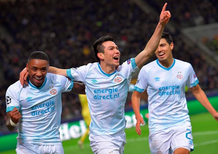 Hirving Lozano viert zijn goal tegen Internazionale met Steven Bergwijn en Érick Gutiérrez