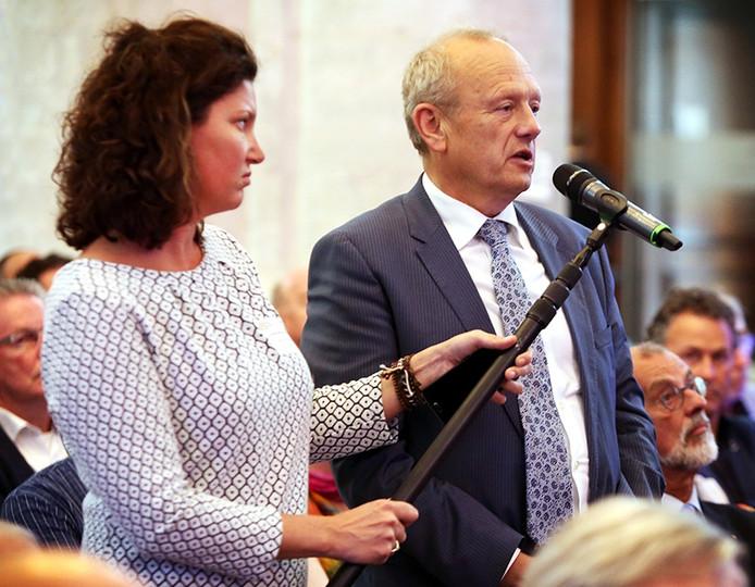 Burgemeester Jan Boelhouwer van Gilze en Rijen stelt dinsdagavond tijdens de Nassaulezing een vraag aan staatsecretaris Dijkhoff. Links BN DeStem hoofdredacteur Hille van der Kaa