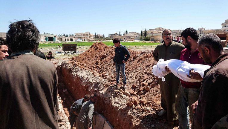 Slachtoffers van de aanval op Khan Sheikhoun worden begraven. Beeld afp