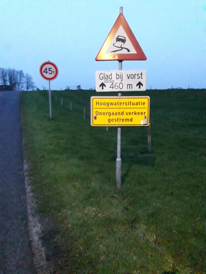 Vanwege het hogere waterpeil in de Vecht is het fiets- en voetpad over de stuw Vechterweerd gestremd. Het Waterschap Drents Overijsselse Delta heeft waarschuwingsborden geplaatst.