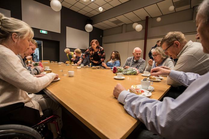 Afronding leergang onafhankelijke cliëntondersteuners wordt gevierd met koffie en gebak.