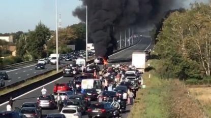 E40 richting kust volledig dicht na zwaar ongeval: drie auto's uitgebrand, tien kilometer file