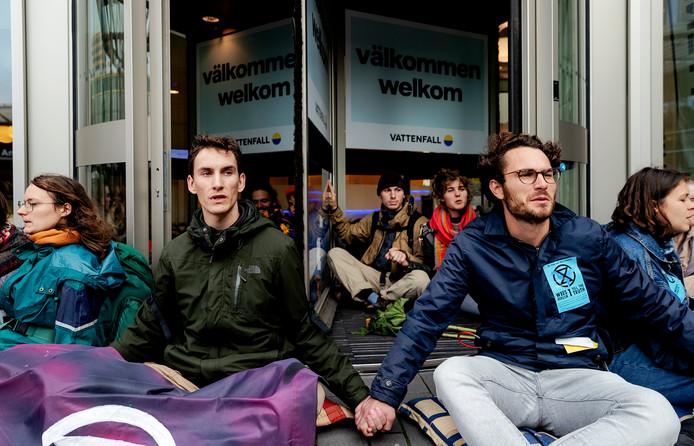 Klimaatactivisten van de actiegroep Extinction Rebellion hebben zich vastgeplakt aan de toegangsdeur van het hoofdkantoor van Vattenfall (voorheen Nuon) bij Amsterdam Bijlmer Arena.