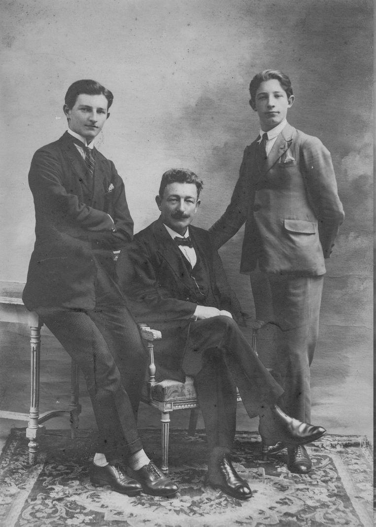 Kort na de eerste wereldoorlog poseerde Louis Adriaan Van Ballaer  met z'n zonen Arnold en Jef.