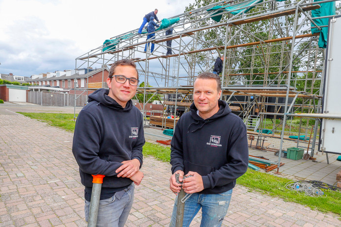 Remy Schellens (links) en Rolf Rosenbrand voor de bouwtent van Oud Dommelen.
