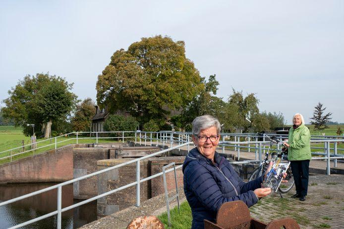 Hermina Fikse-Dekker toont trots de nieuwe fietsgids die ook langs de woning van haar gelijknamige grootmoeder voert.