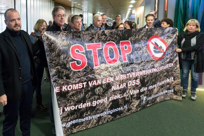 Tegenstanders van een grote mestverwerkingsinstallatie aan de Osse haven ontvouwen in 2017 een spandoek voorafgaand aan de bijeenkomst met leden van Provinciale Staten in het provinciehuis.