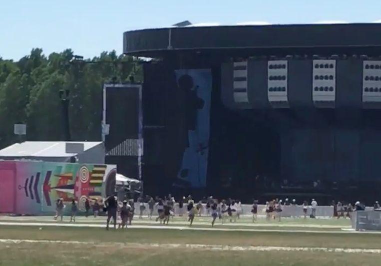 Fans van Ed Sheeran stormen naar het podium