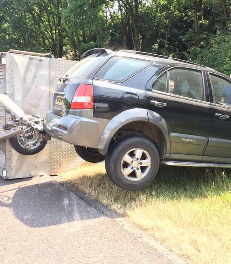 Auto met aanhangwagen in de berm langs A67 bij Veldhoven