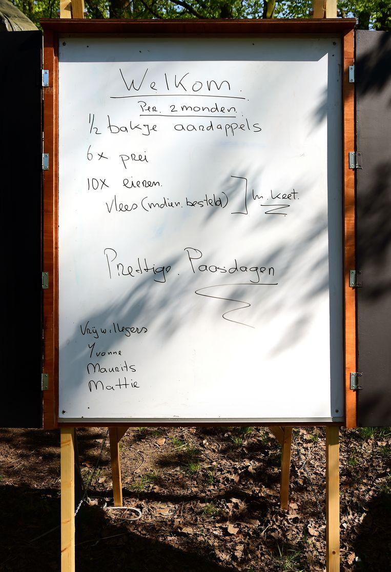 Op een bord staat vermeld wat burgers mee mogen nemen. Beeld Marcel van den Bergh