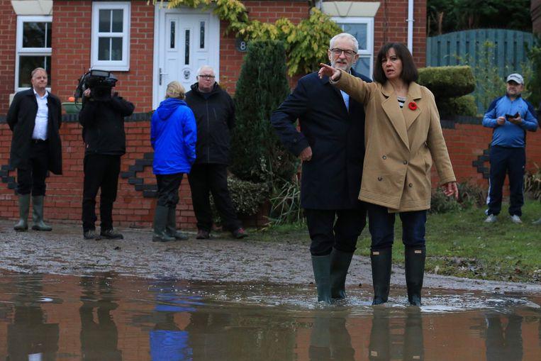 Jeremy Corbyn bezoeken Conisborough, in het noorden van Engeland, dat getroffen werd door zware overstromingen.
