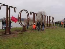 Kunstwerk TOT HIER terug in Rijswijk na protestactie oudejaarsvereniging Vesuvius