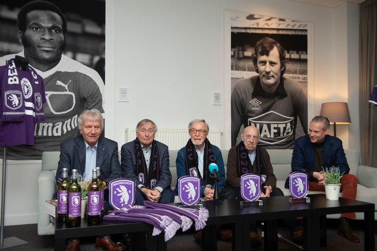 De Strangers worden ingehuldigd als ambassadeur bij Beerschot: vlnr Ernest, John, Alex, Bob en ondervoorzitter Walter Damen.