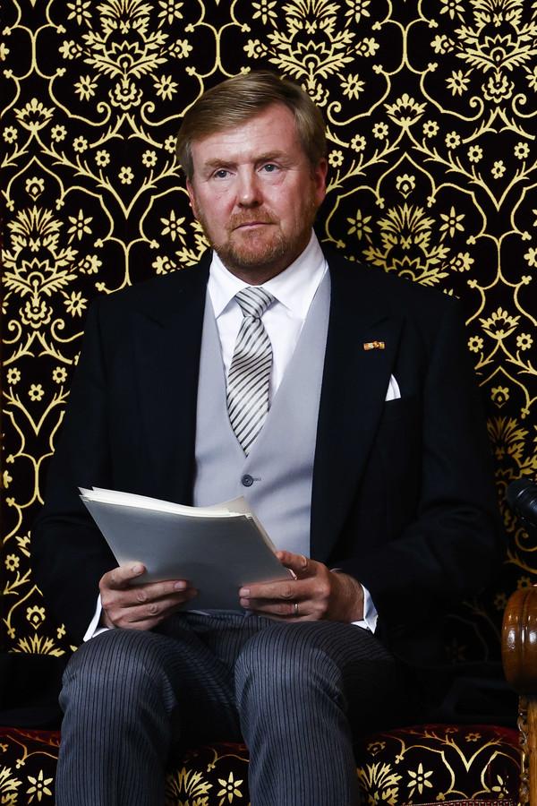 Koning Willem-Alexander leest de troonrede voor op Prinsjesdag aan leden van de Eerste en Tweede Kamer in de Grote Kerk.