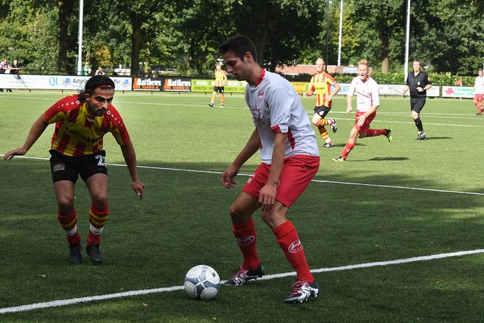 Marc van Rens van Volharding schermt de bal af.