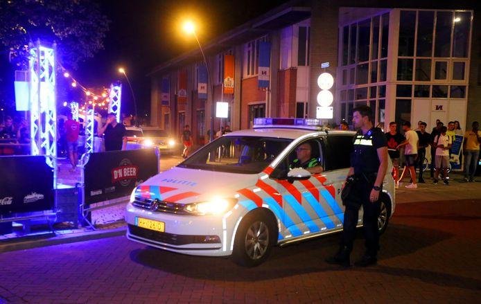 Agenten in het centrum van Rosmalen na afloop van de kermis.