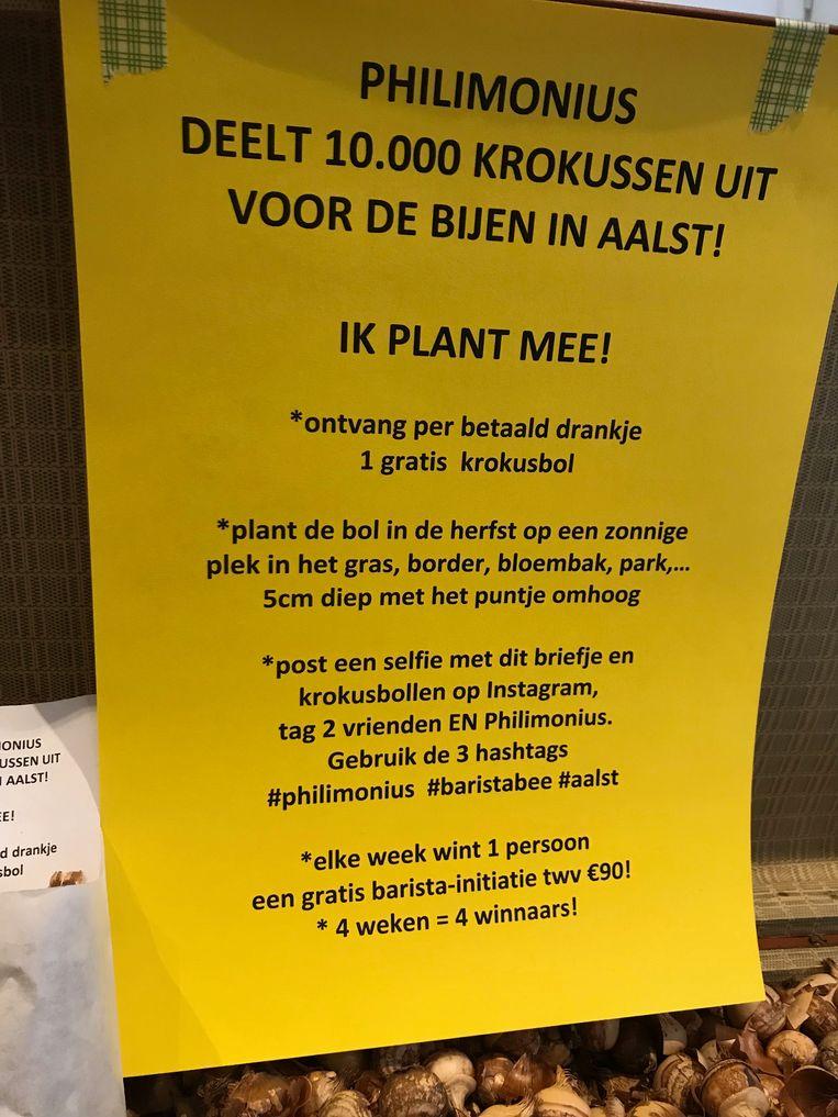 Barista Jo De Bruyne deelt bloembollen uit.