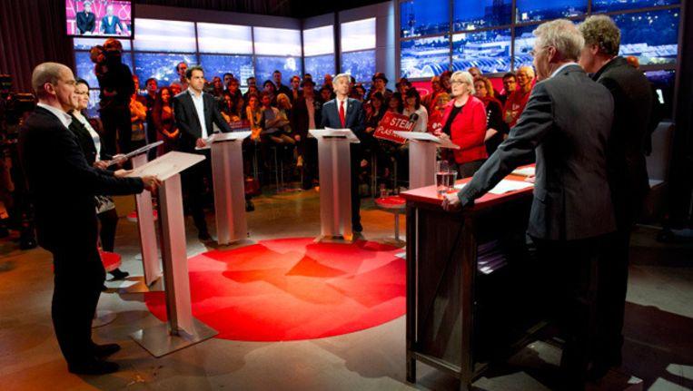De vijf kandidaten voor het fractievoorzitterschap van de PvdA tijdens het slotdebat bij Pauw & Witteman in Amsterdam. Leden van de partij konden tot woensdag 12.00 uur hun stem uitbrengen. Beeld ANP