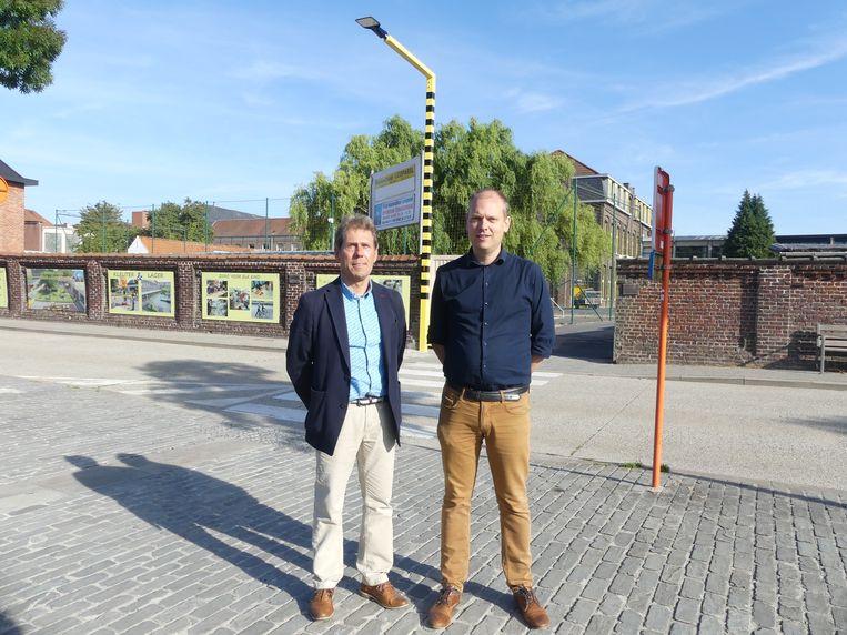 Franky De Graeve van VBS Leieparel en Bart Goethals van Leiepoort campus Sint-Theresia aan de schoolpoort aan Leiedam.