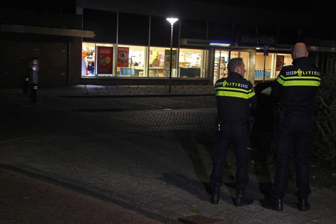 Het terrein rond de supermarkt werd direct afgezet voor het onderzoek. Foto: GinoPress