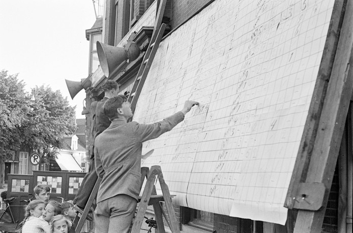 De verkiezingsuitslag wordt bijgehouden op een groot bord, 1949.