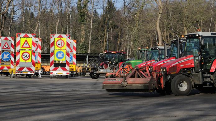 De provincie Gelderland verkoopt tractoren, verkeersborden en groot en klein gereedschap.