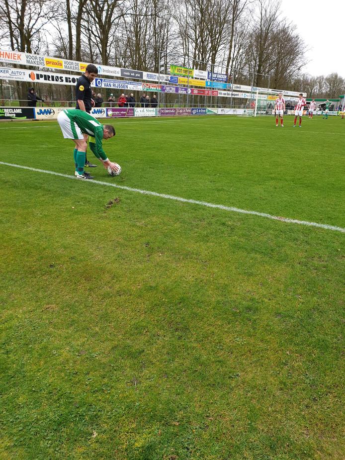 Bennie Veldhoen legt aan voor een vrije trap. Later schiet hij kalm een strafschop binnen.