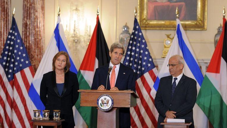 De Amerikaanse minister van Buitenlandse Zaken John Kerry en de Palestijnse onderhandelaars Tzipi Livni en Saeb Erekat Beeld epa