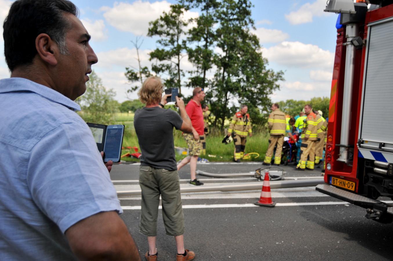 Meerdere mensen maakten video's van het ongeluk. Een aantal deelde deze zelfs live via Facebook.