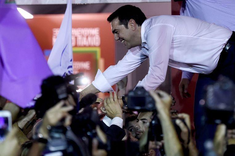 Tsipras laat zich feliciteren met de overwinning. Beeld null