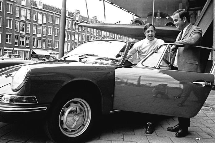 Ben Pon schenkt Porsche aan Johan Cruijff in 1968.